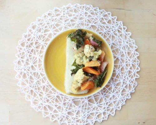 ירקות בתנור ברוטב קוקוס וקארי על מצע פירה כרובית
