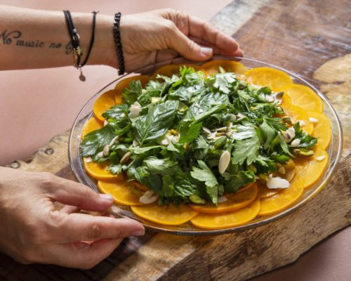 פלטת אפרסמון וסלט עשבי תיבול מרענן